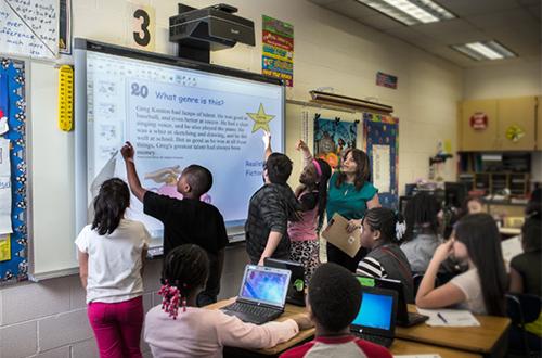 SMART propose des écrans interactifs tactiles étudiés pour les salles de classe