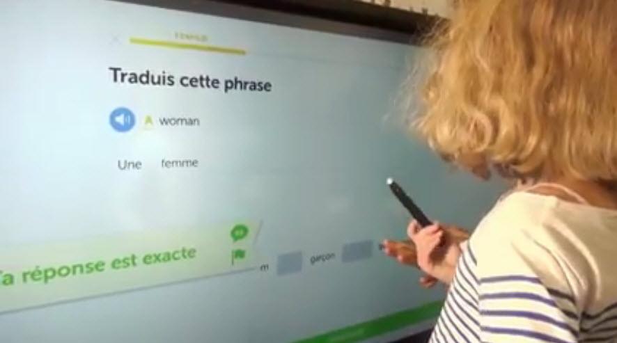 eleve utilise ecran interactif en classe